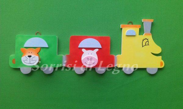 Appendi abiti in legno colorato per bambini