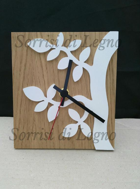 Orologio da tavolo con base in legno naturale sorrisi di for Orologio da tavolo legno