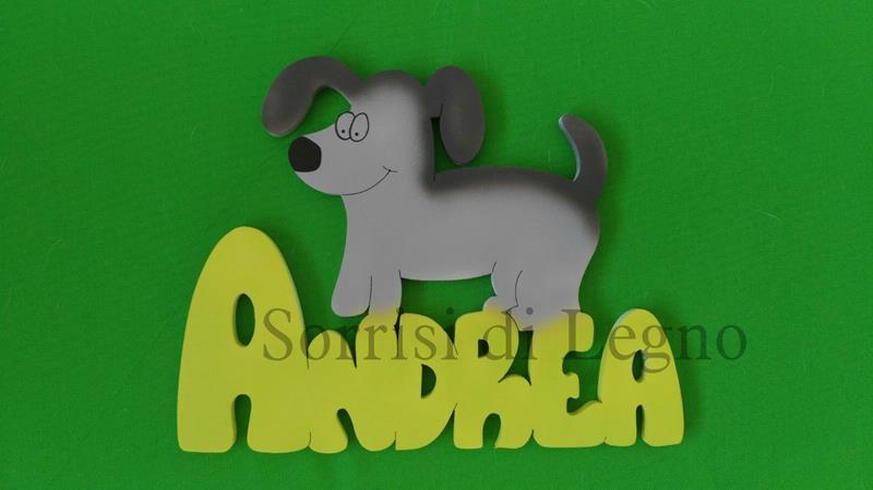 Scritta nome Andre su legno verniciato giallo con un cane