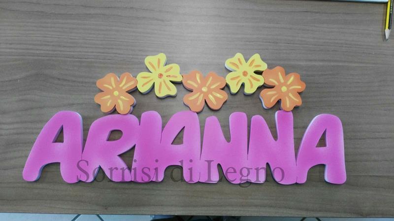 Nome Arianna colorato con dei fiori