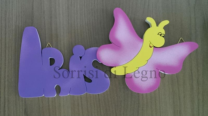 Scritta con il nome di Iris con una farfalla colorata
