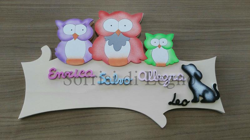 Targa in legno con i gufi colorati e 3 nomi dei bimbi
