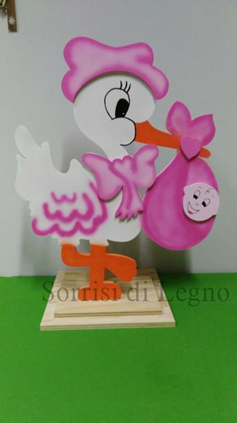 Cicogna in legno di colore rosa da installare su un pilastro