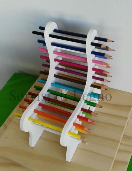 Panchina in legno verniciato con i 24 pastelli