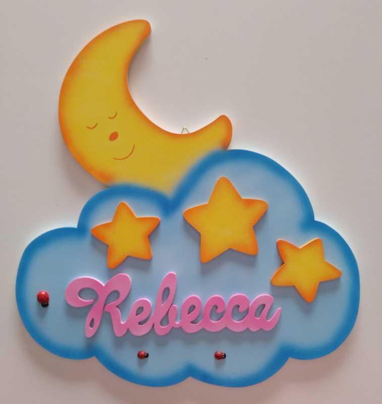 Nuvoletta in legno con il nome Rebecca, si trovano anche delle stelle applicate e una luna sorridente