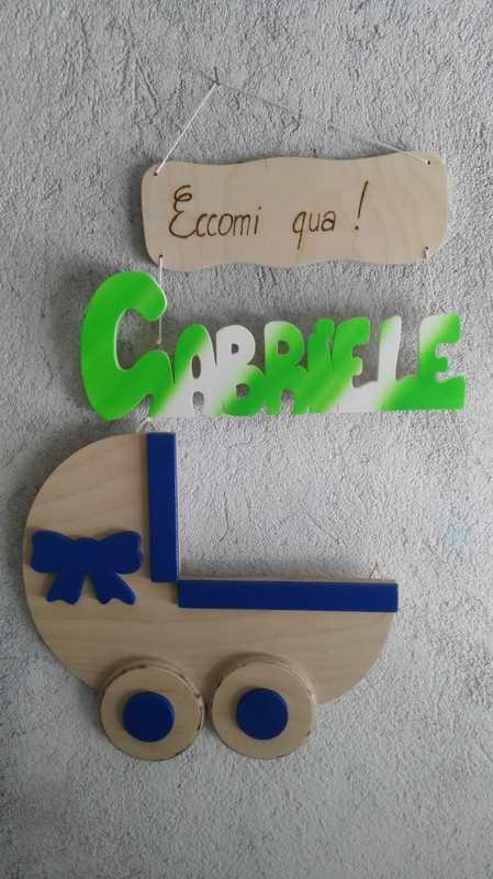 Culla in legno con un fiocco azzurro nascita con il nome Gabriele