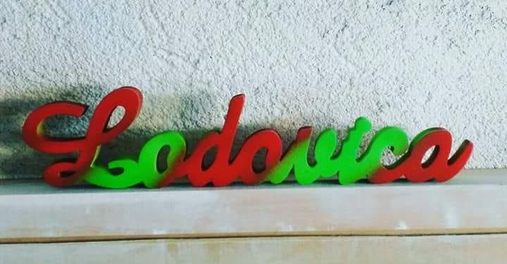 Nome Lodovica appoggiato e colorato