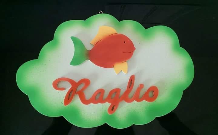 Nuvoletta in legno con il nome Raglio e un'applicazione con il pesce