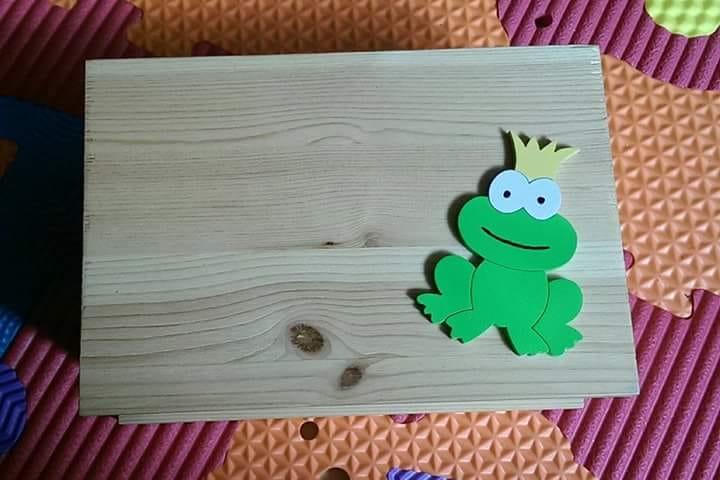 Cassettina aperta in legno per le porta salviette, applicazione della rana colorata
