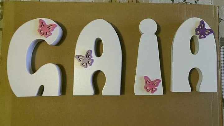 Caratteri per appoggio con la scritta Gaia, applicazione di farfalle